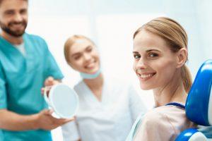 https://clinicadoctormoreno.com/wp-content/uploads/2019/11/mujer-sentada-consultorio-dental-silla-dental_85574-9715-300x200.jpg